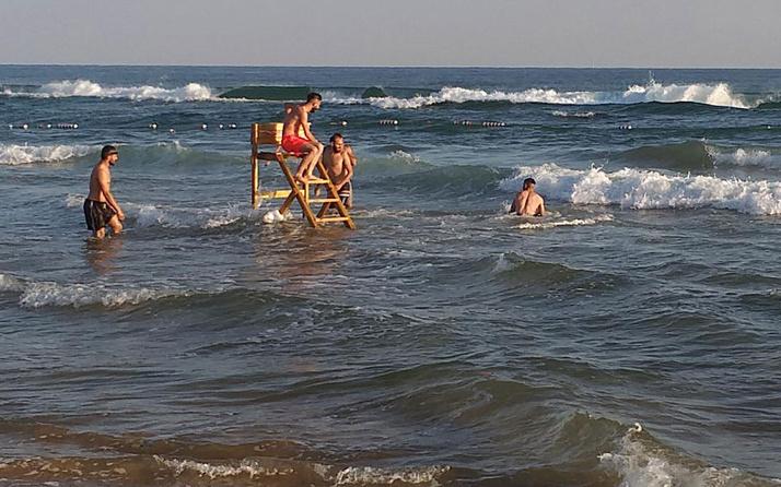 Şile'de cankurtaranların kulesini söküp denize taşıdılar