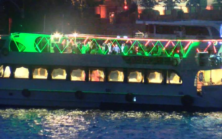 Koronayı hiçe sayıp teknede eğlence yaptılar