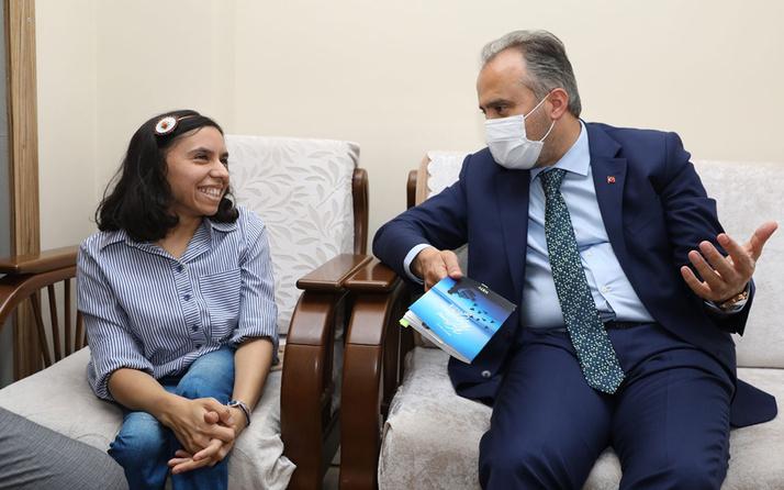 Bursa'da doğuştan bedensel engelli genç kız kitap yazdı
