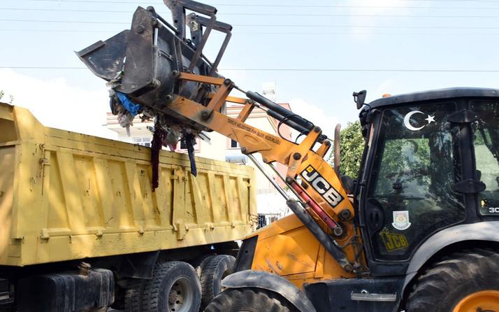 Mersin'de kötü kokuların geldiği evden 8 kamyon çöp çıkarıldı