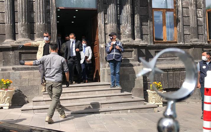 Kars Belediyesi'ne kayyum atanan Vali Türker Öksüz görevine başladı