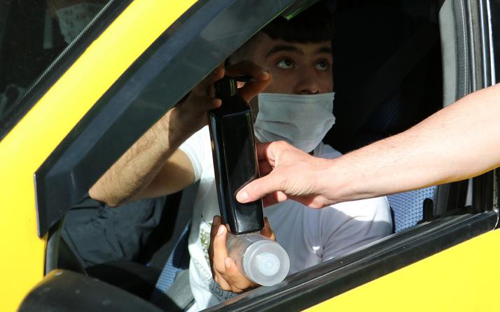 Adana'da taksi şoförü dezenfektan soran polise tıraş losyonu çıkarttı