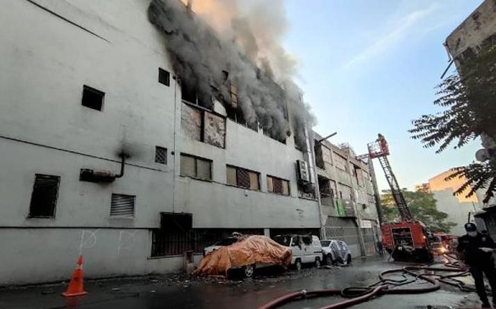 Korku dolu anlar! Kağıthane'de 3 katlı iş merkezinde yangın
