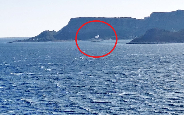 Meis'e provokasyon amaçlı dev Yunan bayrağı asıldı