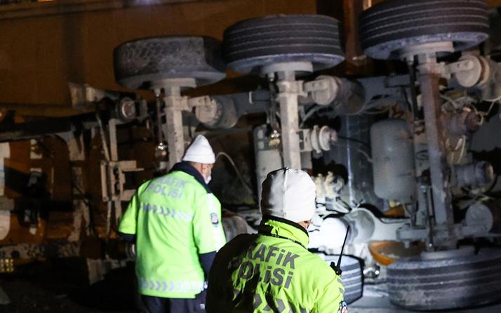 Zeytinburnu'nda toprak yüklü hafriyat kamyonu yola devrildi! Sürücü yaralandı