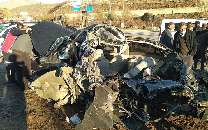 Bitlis'te freni patlayan TIR dehşeti! Otomobili hurdaya çevirdi