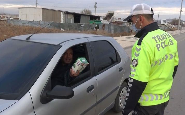 Aksaray'da maskesiz yakalanan sürücü polis memuruna maske ikram etti