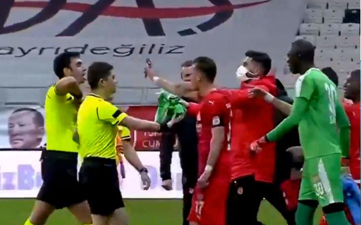 Beşiktaş - Sivasspor maçında Hakan Arslan'ın kırmızı kartı Avrupa'da gündem oldu