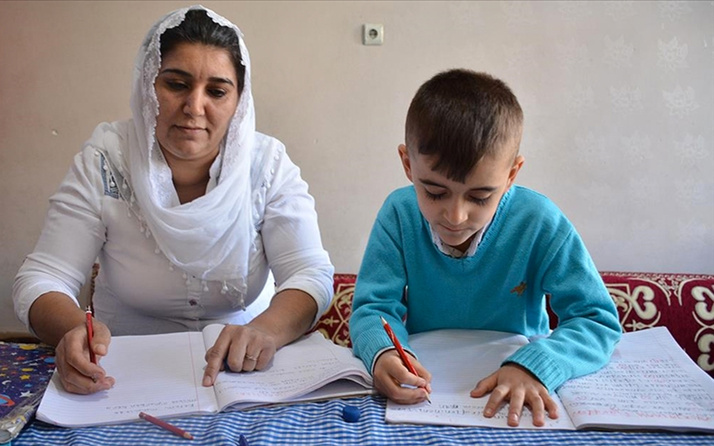 Şırnaklı anne çocuğuyla birlikte EBA üzerinden okuma yazma öğrendi