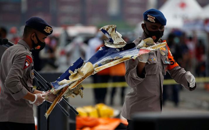 Son dakika Endonezya'da düşen uçağın kara kutusu bulundu