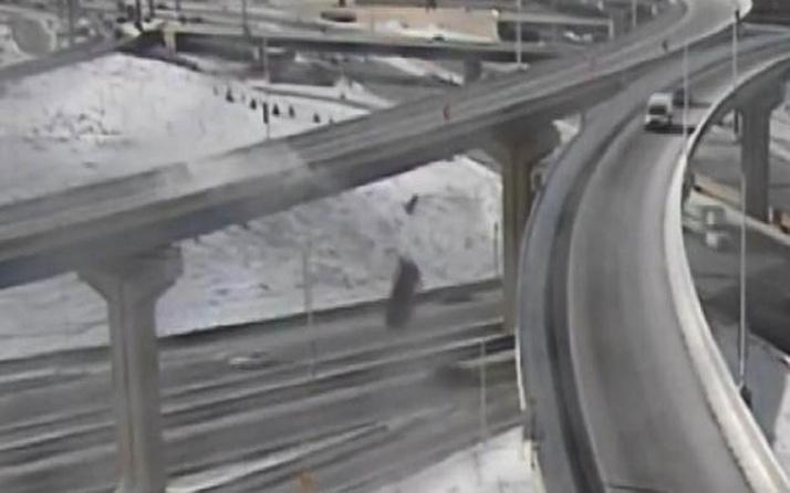 ABD'de akıllara durgunluk veren kaza! Kamyonet üst geçitten 21 metre aşağı düştü