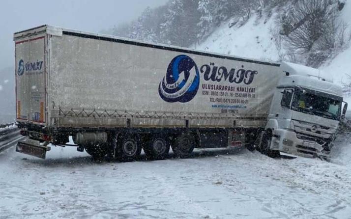 Bursa'da TIR kaza yaptı yol kapandı! Uzun kuyruk oluştu