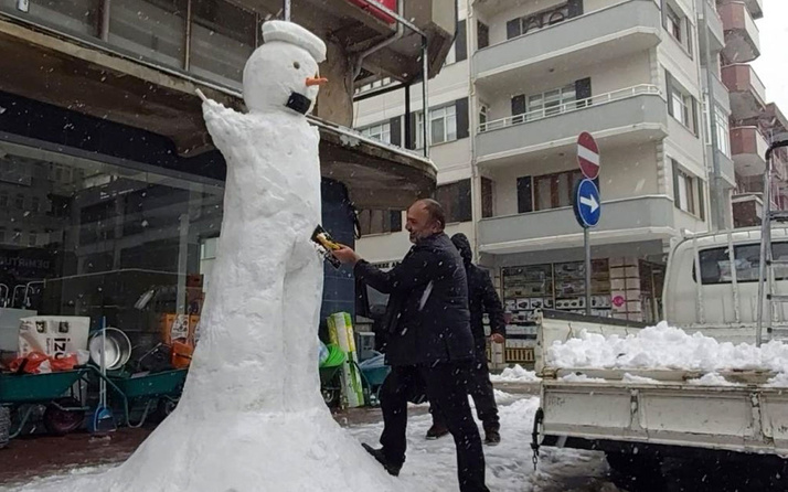 Sakarya'da bir grup esnaf 3 metrelik kardan adam yaptı