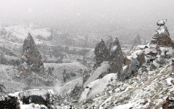 Nevşehir'de mart karı peribacalarını beyaza bürüdü