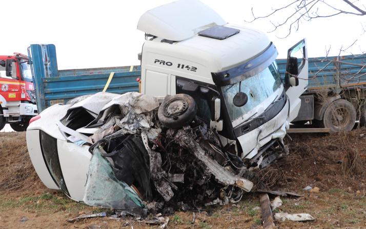 Denizli'de korkunç kaza! Otomobil TIR'la çarpıştı hurdaya döndü