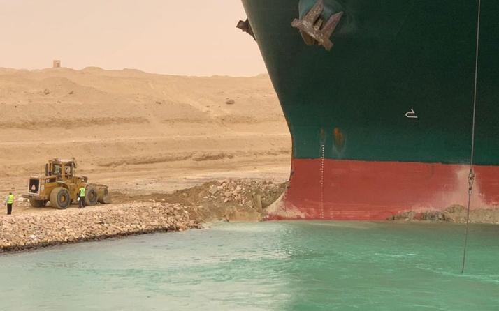 Süveyş Kanalı karaya oturan kargo gemisi sebebiyle trafiğe kapatıldı