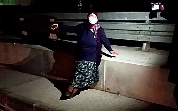 Covid-19'lu olduğu için evine bırakılmak istenen yaşlı kadın, araçtan inerek kaçmaya çalıştı