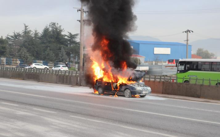 Kocaeli D-100'de alev alev yanan otomobil küle döndü