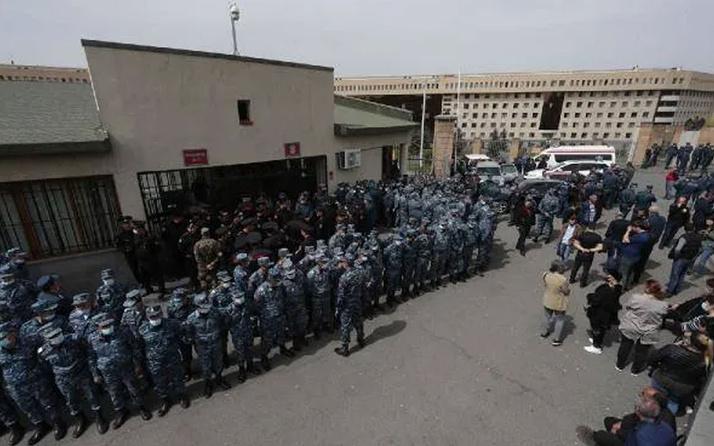Ermenistan'da halk ayaklandı! Askerleri geri istedi