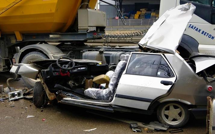Gebze'de makas atarken 2 tıra çarpan otomobil paramparça oldu