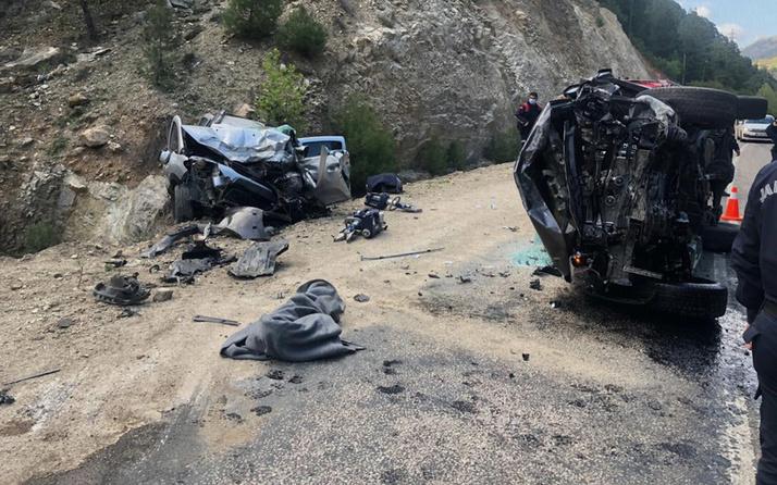 Adana'da pikap ile otomobilin çarpıştığı kazada aynı aileden 3 kişi öldü