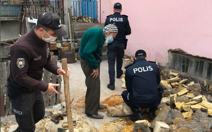 Malatya'da polis İsmail Dede'nin odunlarını kırdı