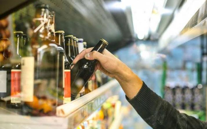 Tam kapanmada alkol satışı yasak! Esnaf ve hukukçular 'yasak yok' diyor polis tebligata başladı