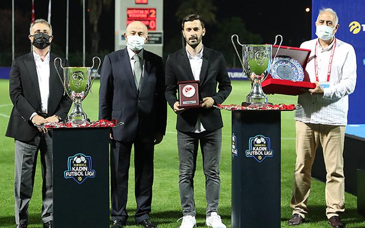 """Kadın futbolcuları darp etmekle yargılanıyor! Mehmet Aydın """"Yılın en iyi hocası"""" seçildi"""
