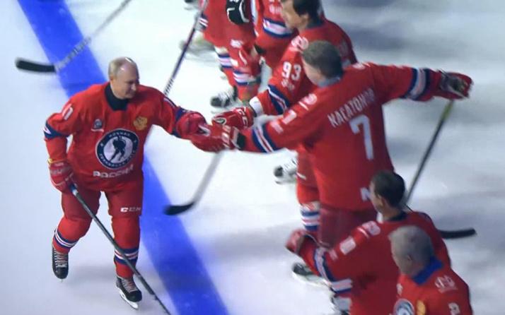 Putin, buz hokeyi maçında hünerlerini konuşturdu