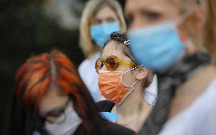 Yunanistan'da açık havada maske takma zorunluluğu kaldırılıyor
