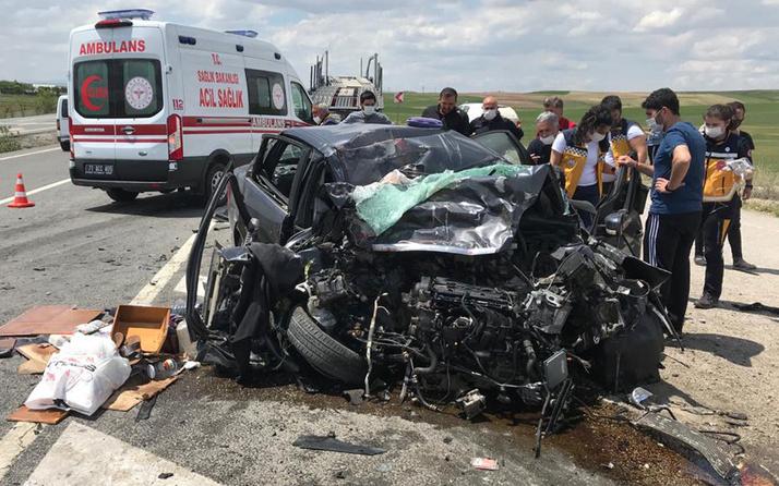 Kırıkkale'de feci kaza! Karşı şeride geçip TIR'a çarptı hurdaya döndü