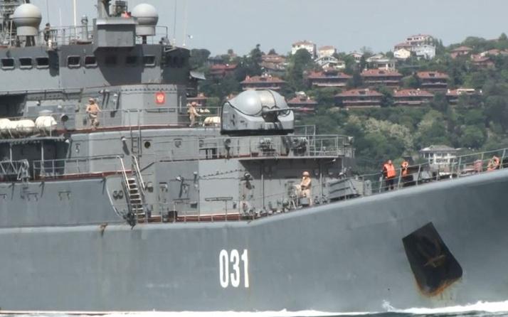 İstanbul Boğazı'ndan geçen Rus savaş gemisinde Türk bayrağı dalgalandırıldı