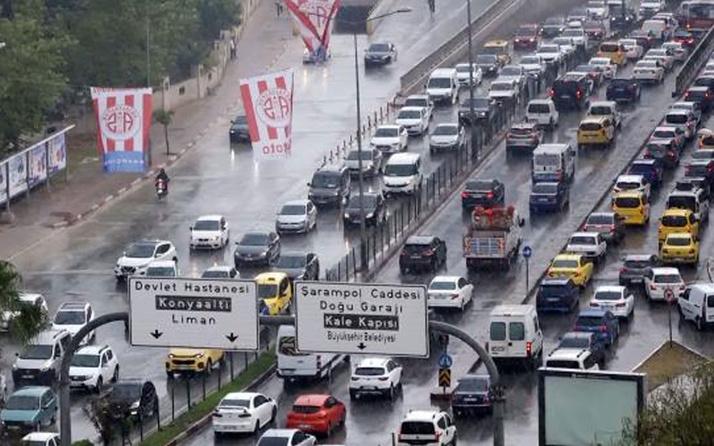 Yarın için de uyarı var! Antalya'da 5 dakika süren sağanak trafiği felç etti