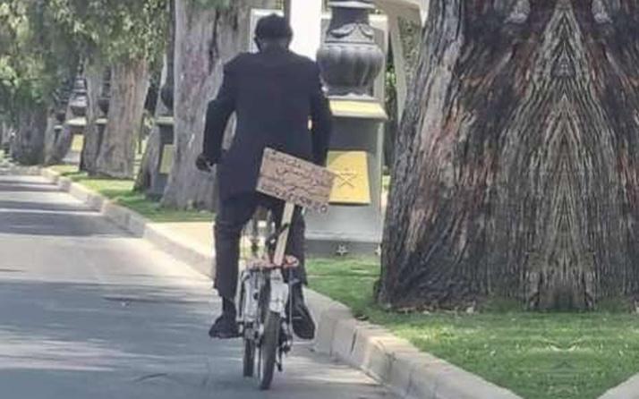 Bisikletine astığı pankartı görenler telefona sarıldı