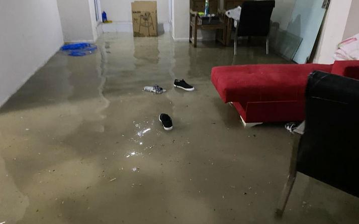 Esenyurt'ta yağış sonrası bir restoran mutfağını su bastı
