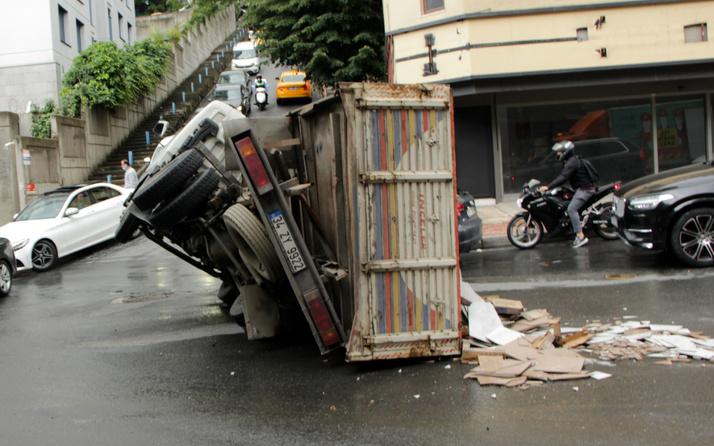Kamyon devrildi! İstanbul'da faciadan dönüldü