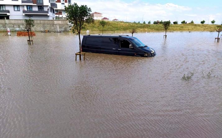 Tekirdağ Çorlu'da sağanak yağış cadde ve sokakları göle döndürdü