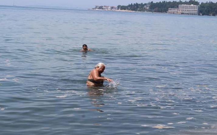 Darıca'da müsilaja rağmen denize girdiler! Elleriyle ittiler