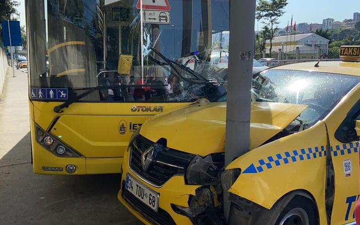 İstanbul'da feci kaza! Taksi önce İETT otobüsüne sonra direğe çarptı
