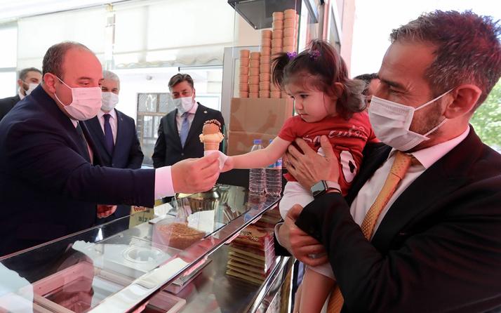Bakan Varank sıcaktan bunalan gazeteci ve vatandaşlara dondurma servisi yaptı