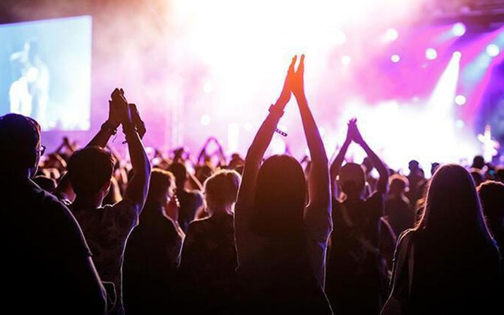 Yeni yasak geliyor! Aşı olmayan konsere, sinemaya, maçlara gidemeyecek