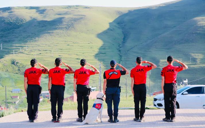 JAK timleri Atatürk silüetine selam durdu bayrak açtı