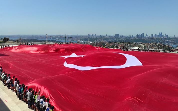 Büyük Çamlıca Camii'nde 2 bin 71 metrekarelik Türk bayrağı açıldı