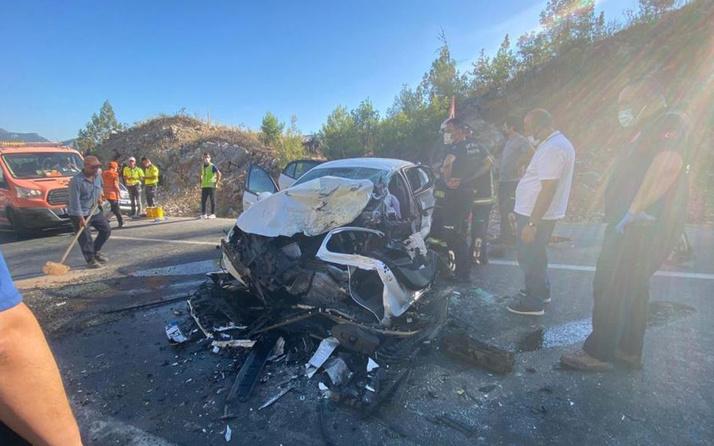 Antalya'da feci kaza! İki otomobil çarpıştı: Polis memuru ile 5 yaşındaki oğlu öldü