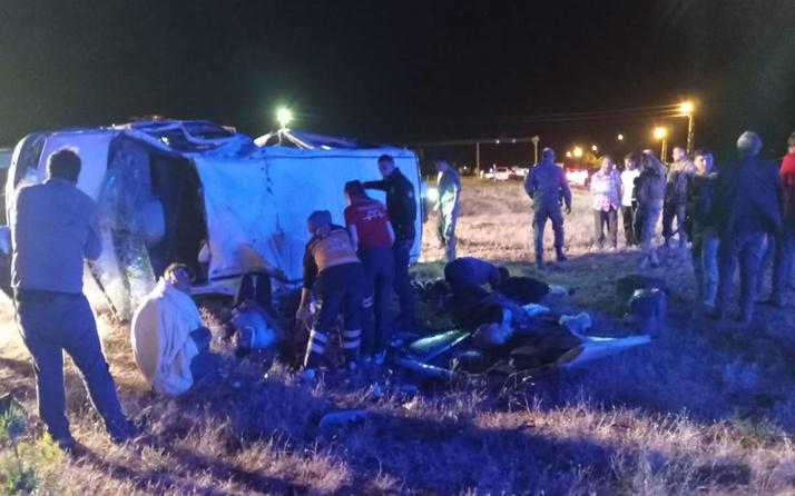Ağrı'da feci kaza! Minibüs devrildi: 3 kişi öldü, 14 yaralı var