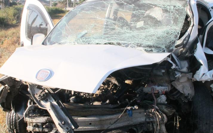 Antalya'da hafif ticari araç direğe çarptı! Ölü ve yaralılar var