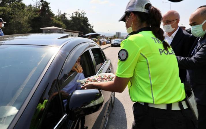 Trafik denetimi yapan polislerden sürücülere şeker ikramı
