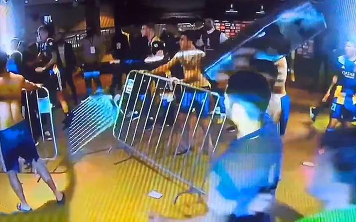 Libertadores Kupası'ndan elenen Boca Juniorslı oyuncular polisle çatıştı