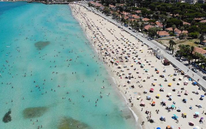 Çeşme'de nüfus 1 milyonu aştı plajlardaki kalabalık havadan görüntülendi