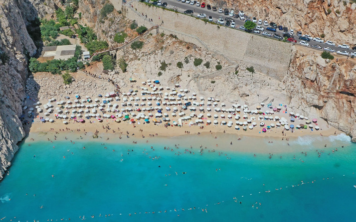 Dünyaca ünlü Kaputaş Plajı'ndaki yoğunluk drone ile görüntülendi